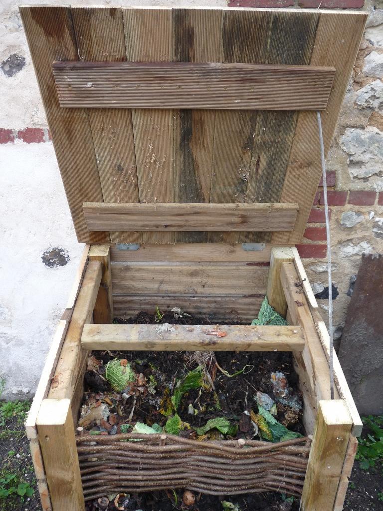 un composteur dans votre jardin les am nagements fleurs o pav. Black Bedroom Furniture Sets. Home Design Ideas